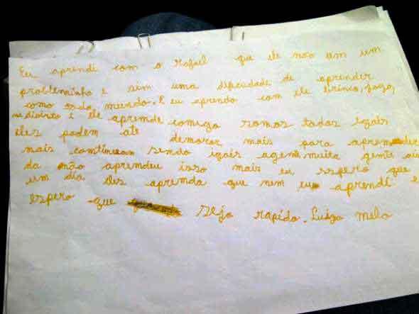 Pedaço de papel com escrita de uma criança