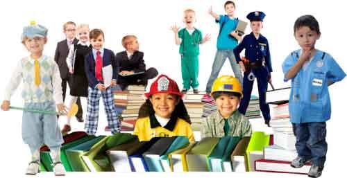 Crianças caracterizadas como alguns profissionais, como médico e policial.