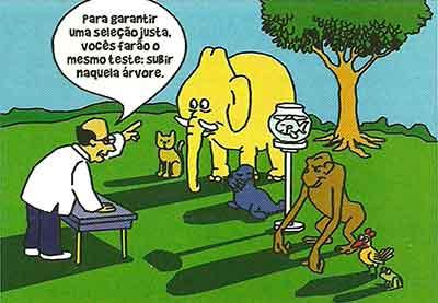 """Desenho de uma floresta, um macaco, um pinguim, um elefante, um peixe, uma foca e um cachorro estão alinhados em frente a à mesa do professor que diz """"Para garantir uma seleção justa, todos farão o mesmo teste: subir naquela árvore."""""""