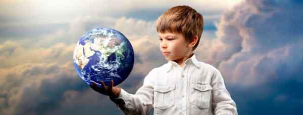 menino segurando um globo terrestre em um fundo de nuvens