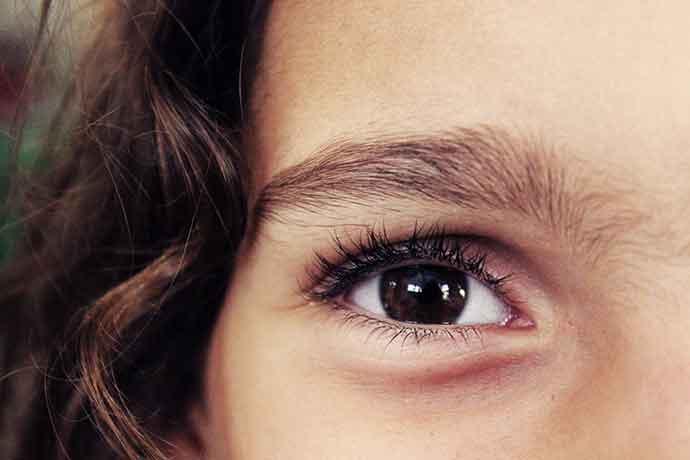 Ajudando alunos com nistagmo, ou seja, baixa visão.