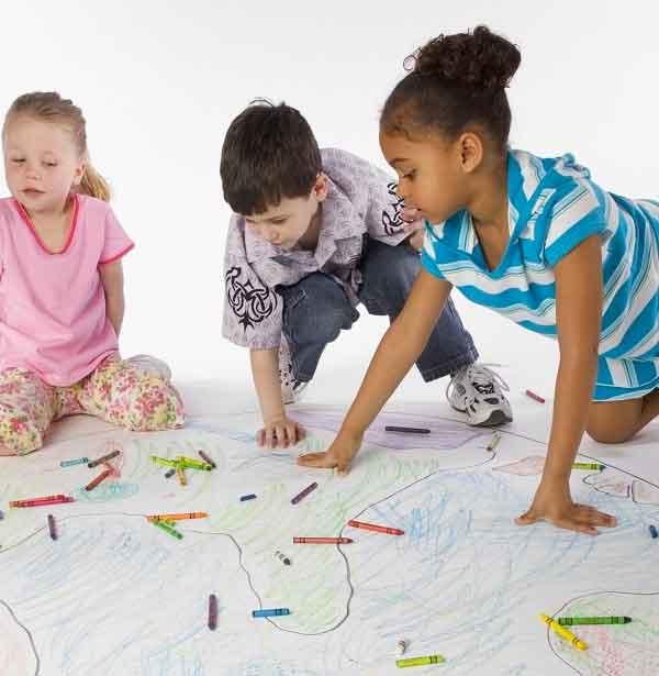 Três crianças brincando.
