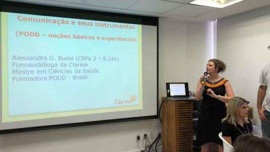Palestrante mostrando usa apresentação.