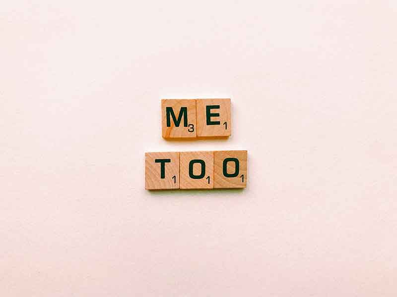 Blocos com letras formando as palavras ME TOO (eu também).