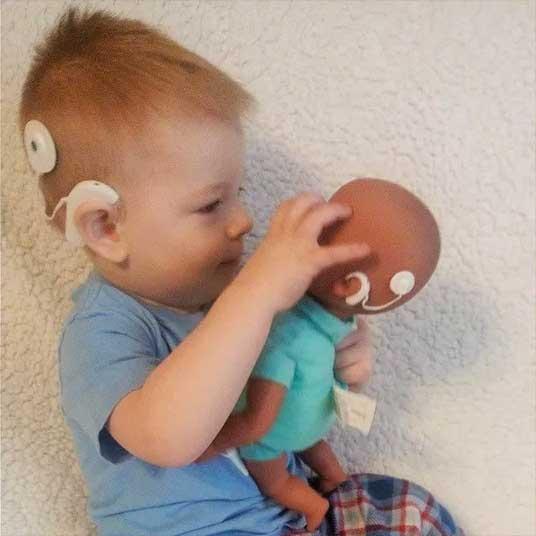 Ethan com sua boneca